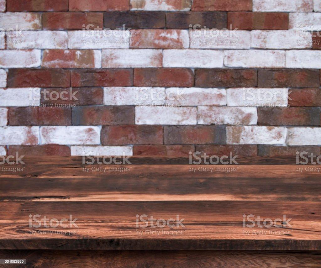 Etagere Sur Mur En Brique photo libre de droit de Étagère en bois vide avec le modèle