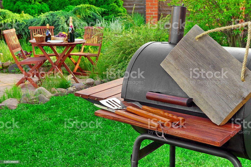 Empty  Wooden Signboard Hanging On Barbecue Grill Appliance, Par stock photo