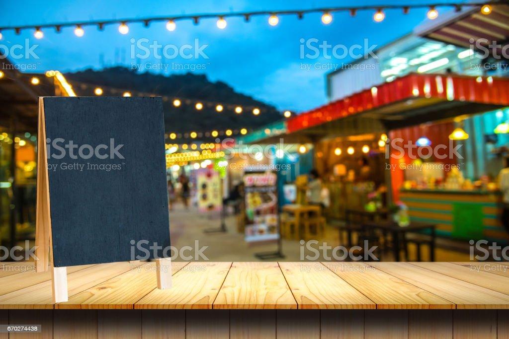 leere Holztisch und Blackboard Nachtmarkt. – Foto