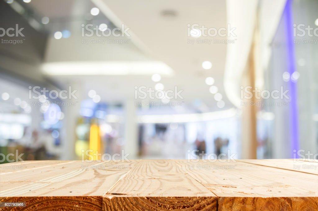 leeren Holztisch und Unschärfe Kaufhaus mit Bokeh für Hintergrund - Vorlage für Anzeige Montage und Business Produktpräsentation – Foto