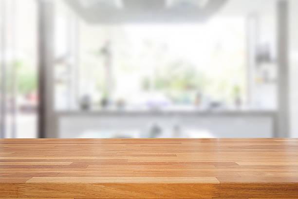 leere holztisch und verschwommene küche hintergrund - küche rustikal gestalten stock-fotos und bilder
