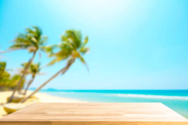 Leere Holztisch für Produkt anzeigen und verschwommen schönen Strand im Hintergrund – Foto