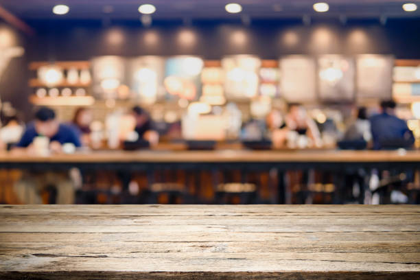 mesa de madera vacía de producto presente en la cafetería o bar de bebidas desenfoque de fondo con imagen de bokeh. - gastronomía fina fotografías e imágenes de stock