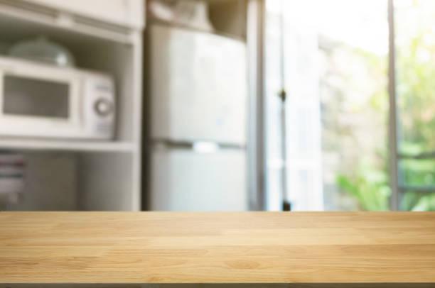 bulanık ev mutfak arka plan önünde boş ahşap masa - ev mutfağı stok fotoğraflar ve resimler