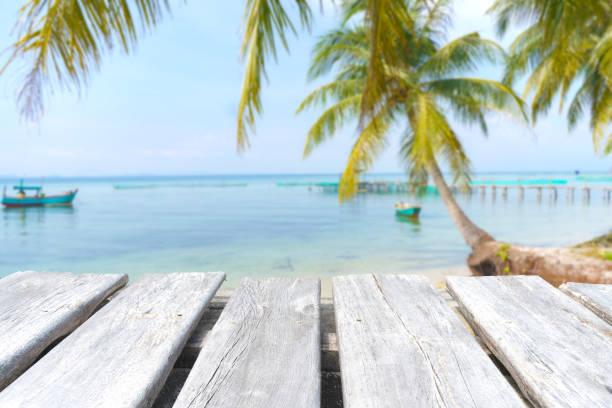 mesa de madera vacía en el fondo de la playa - foto de stock
