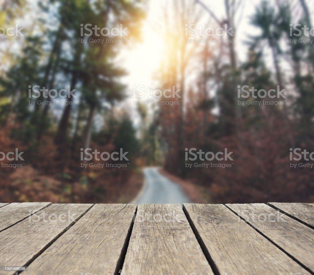 Leere Holztisch über defokussierten Herbst – Foto