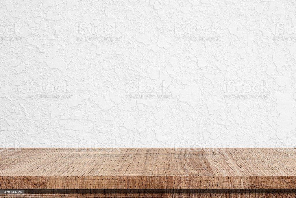 leere holztisch ber wei er beton wand hintergrund stock fotografie und mehr bilder von 2015. Black Bedroom Furniture Sets. Home Design Ideas