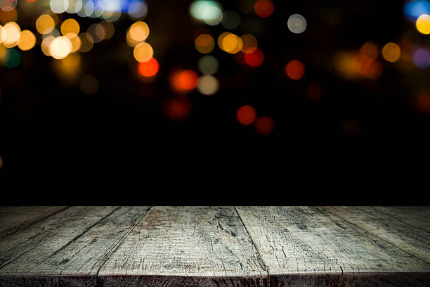 Tavolo in legno vuoto con plateau e bokeh a notte - foto stock