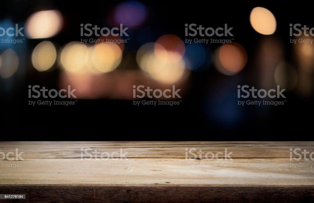 Leere Holztisch Plattform und bokeh bei Nacht – Foto