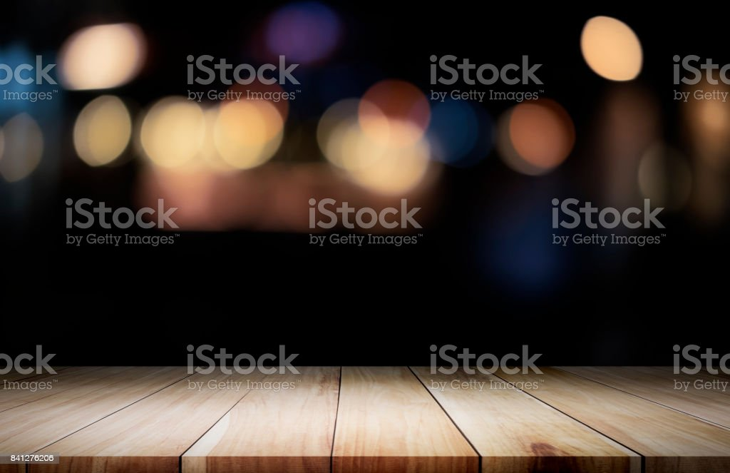 Empty wooden table platform and bokeh at night - foto stock