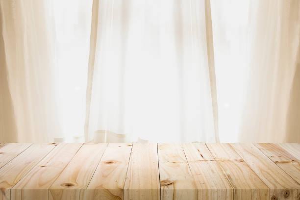 Leere Holztisch Plattform und Bokeh in der Nacht. – Foto