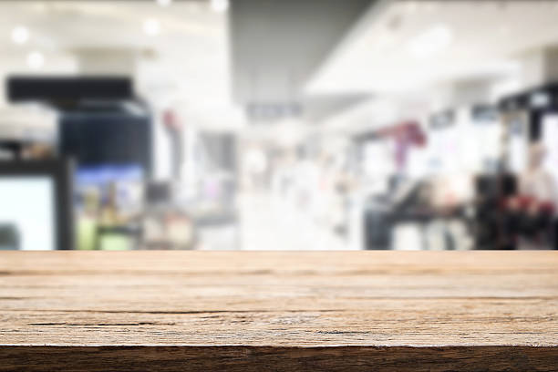 Empty wooden table space and bokeh light of shopping mall. – Foto