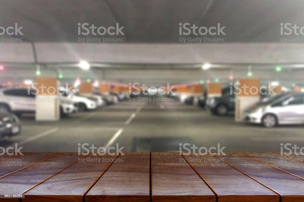 빈 나무 테이블 공간 플랫폼 및 제품에 대 한 몰 배경 흐리게 주차장 표시 몽타주 royalty-free 스톡 사진