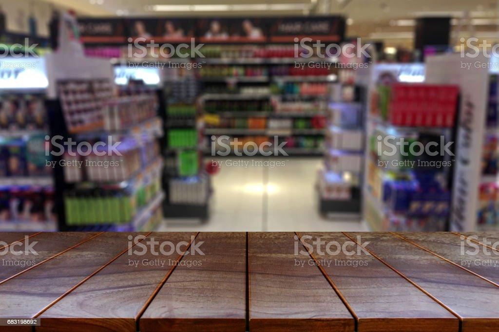 빈 나무 테이블 공간 플랫폼 및 제품 디스플레이 대 한 제품 선반 배경 흐리게 슈퍼마켓 통로 royalty-free 스톡 사진