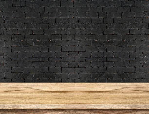leere holztisch top in schwarz brick wall - badezimmer rustikal stock-fotos und bilder
