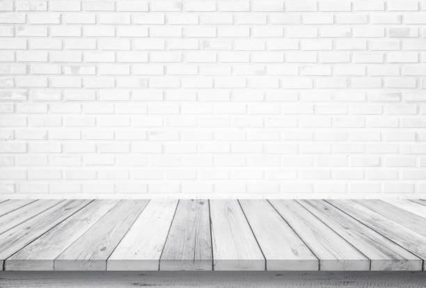 흰색 벽돌 흰색 배경, 디자인 나무 테라스 흰색에 고립 된 빈 나무 테이블 상단. 복사 및 브랜딩을 위한 여유 공간입니다. 제품 디스플레이 몽타주로 사용할 수 있습니다. 빈티지 스타일 컨셉. - 흰색 벽돌 담 뉴스 사진 이미지