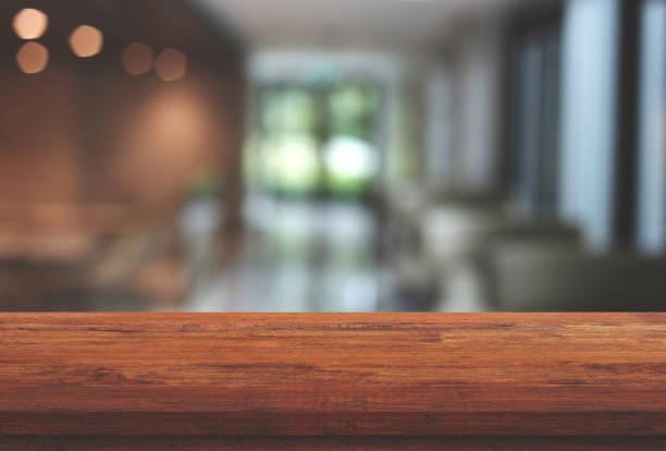 餐廳的模糊背景上的空木桌頂, 用於顯示或蒙太奇您的產品 - 水平面角度 個照片及圖片檔