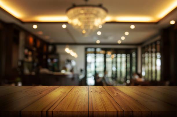 leere hölzerne tischplatte mit unschärfe café oder restaurant innen hintergrund. zusammenfassung hintergrund kann sein produkt display verwendet. - tresentisch stock-fotos und bilder