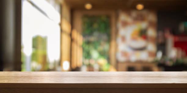 leere hölzerne tischplatte mit unschärfe café oder restaurant innen hintergrund, panorama banner. - tresentisch stock-fotos und bilder