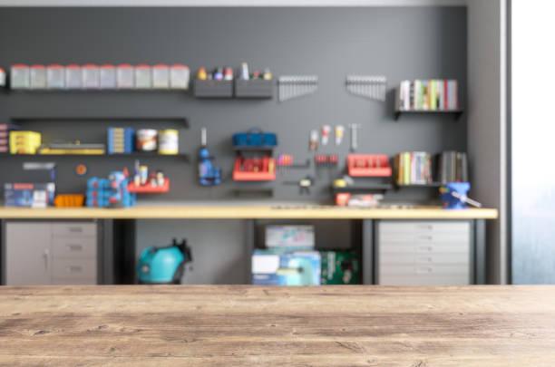 Leere Holztischplatte mit Blur Garage Innenraum – Foto