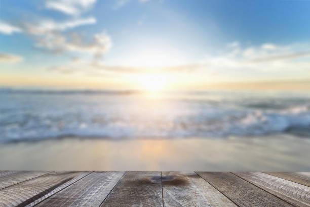 leerer holztisch mit blauem meer und sandstrand. - terrassen deck design stock-fotos und bilder