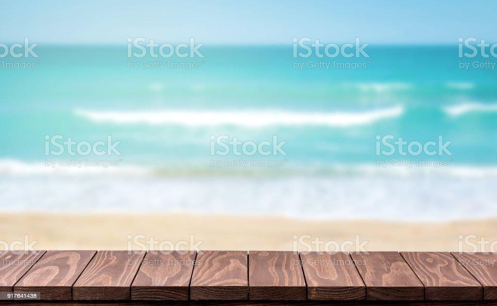 Leere Holztisch mit verschwommenen Strand Hintergrund – Foto