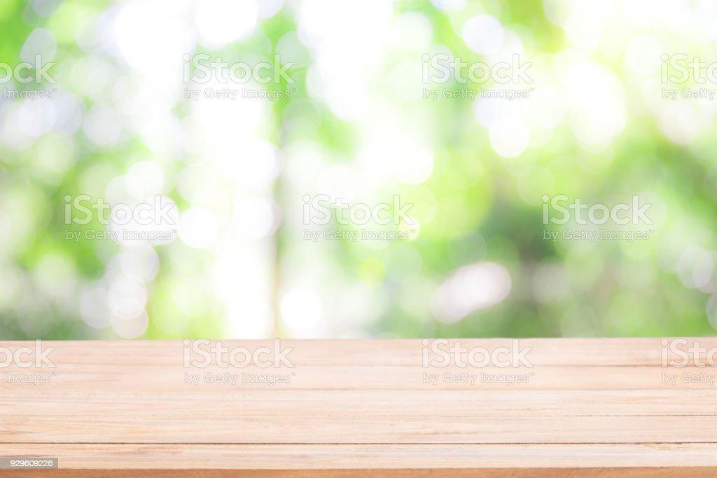 Mesa de madeira vazia com desfocagem natureza verde bokeh, fundo de natureza abstrata. - foto de acervo