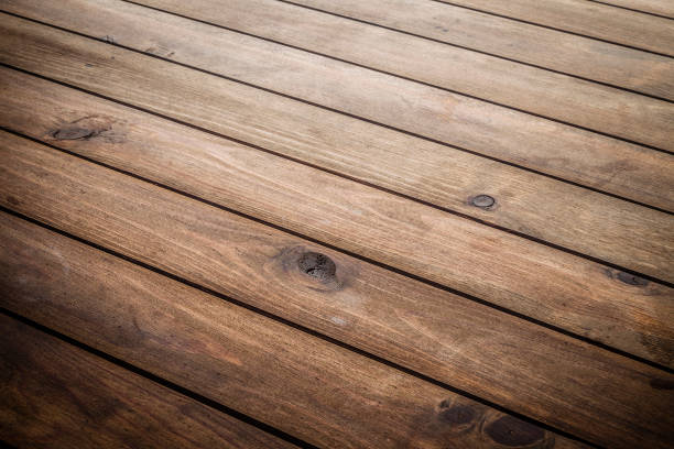 Leerer Holztisch mit diagonalen Streifen – Foto