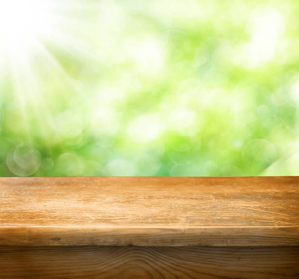 Leere Holztisch mit grüner Hintergrund – Foto