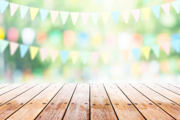 mesa de madera vacía con fiesta en el fondo del jardín borrosa. - summer background fotografías e imágenes de stock