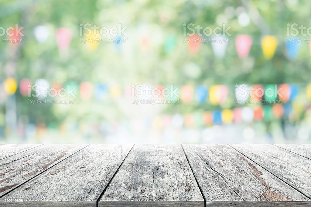 Empty wooden table with party in garden background blurred. - foto de stock