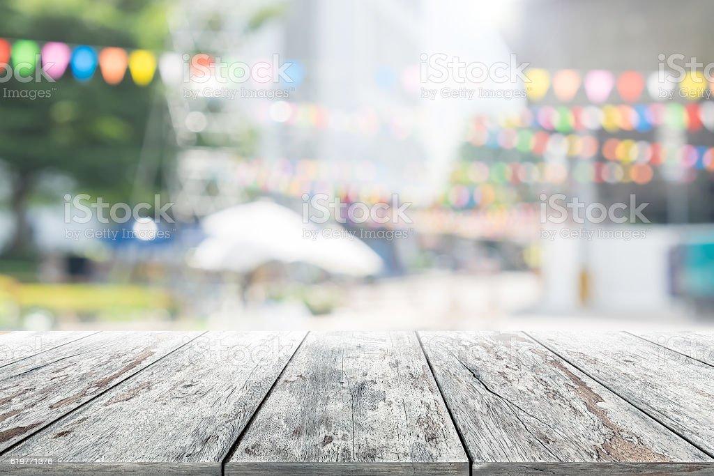 Mesa De Madera Vacía Con Fondo Borroso Fiesta En El Jardín ...