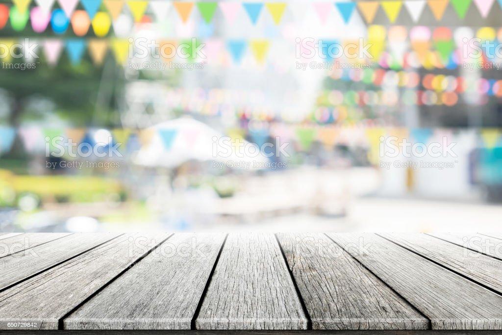 Mesa de madeira vazia com fundo desfocado festa no jardim. - foto de acervo