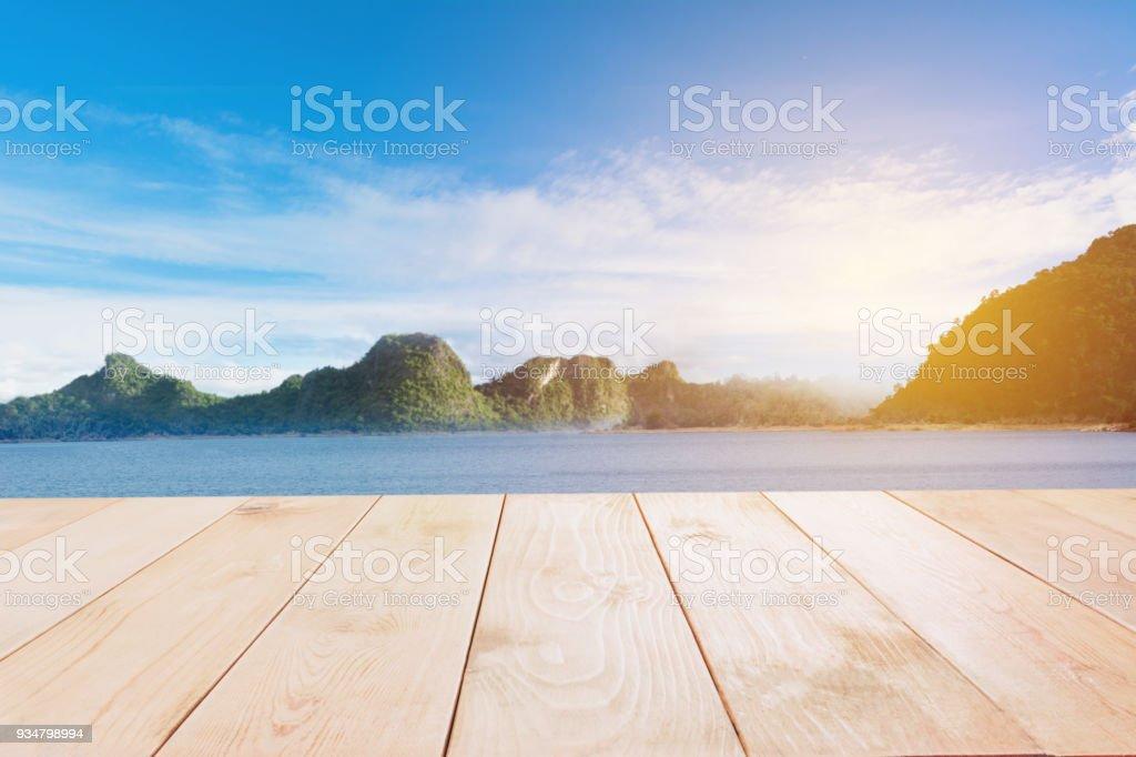 바다와 산과 푸른 하늘 추상 배경 빈 나무 테이블. - 로열티 프리 0명 스톡 사진