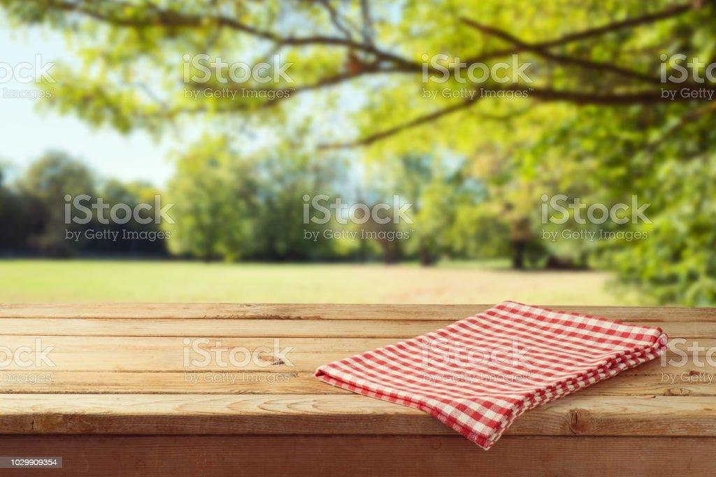 Leere Holztisch mit Tischdecke über Herbst natur Park Hintergrund - Lizenzfrei Abstrakt Stock-Foto