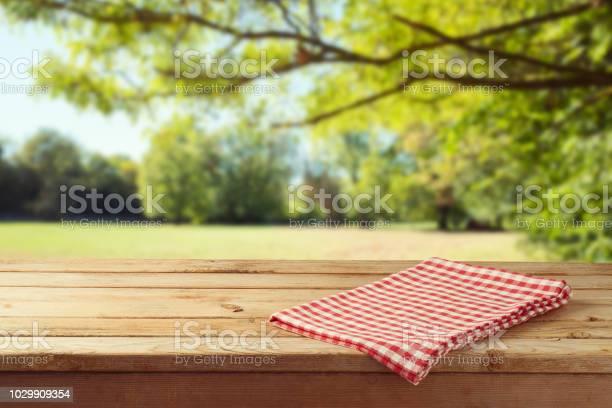Leere Holztisch Mit Tischdecke Über Herbst Natur Park Hintergrund Stockfoto und mehr Bilder von Abstrakt