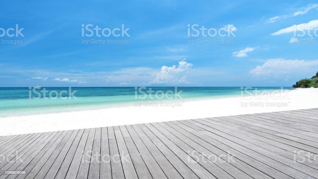 Terraza De Madera Vacía Al Lado De La Playa Tropical Foto De