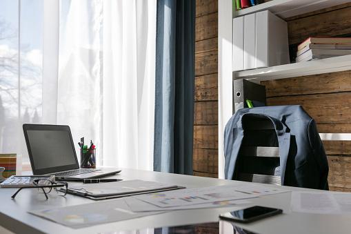 Trabajo Vacío Con Escritorio Y Silla Chaqueta En La Silla Gerente En La Rotura Foto de stock y más banco de imágenes de Actividad de fin de semana