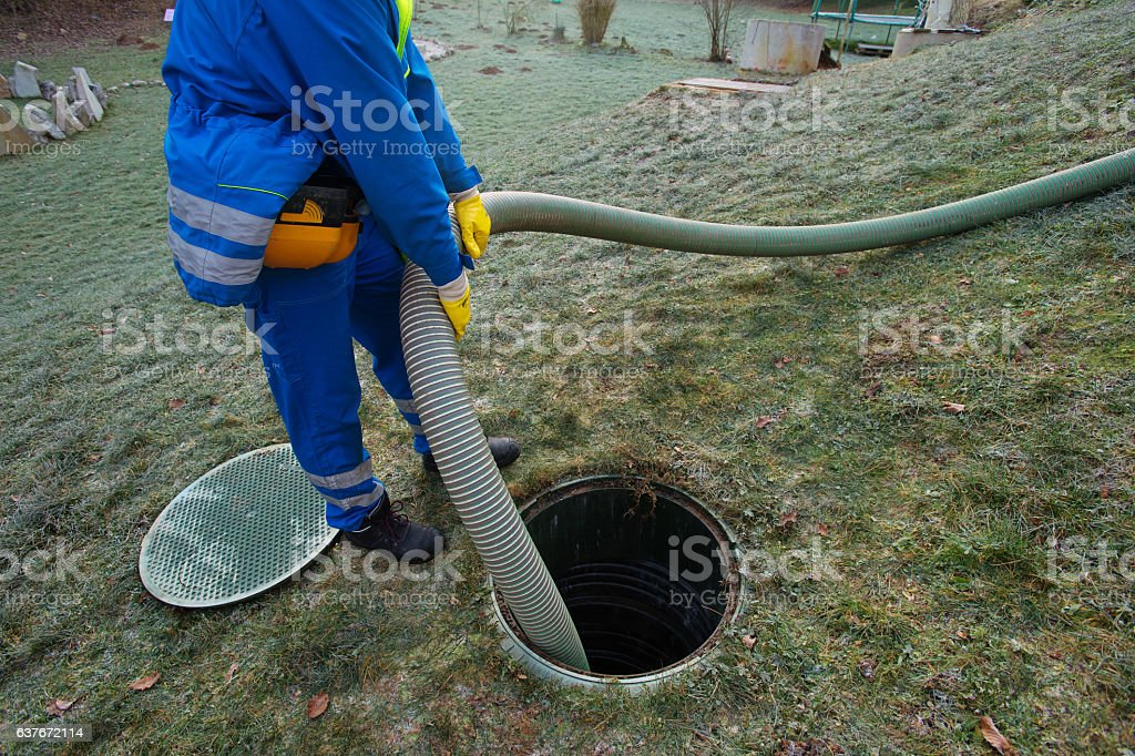 Emptying septic tank - foto de stock