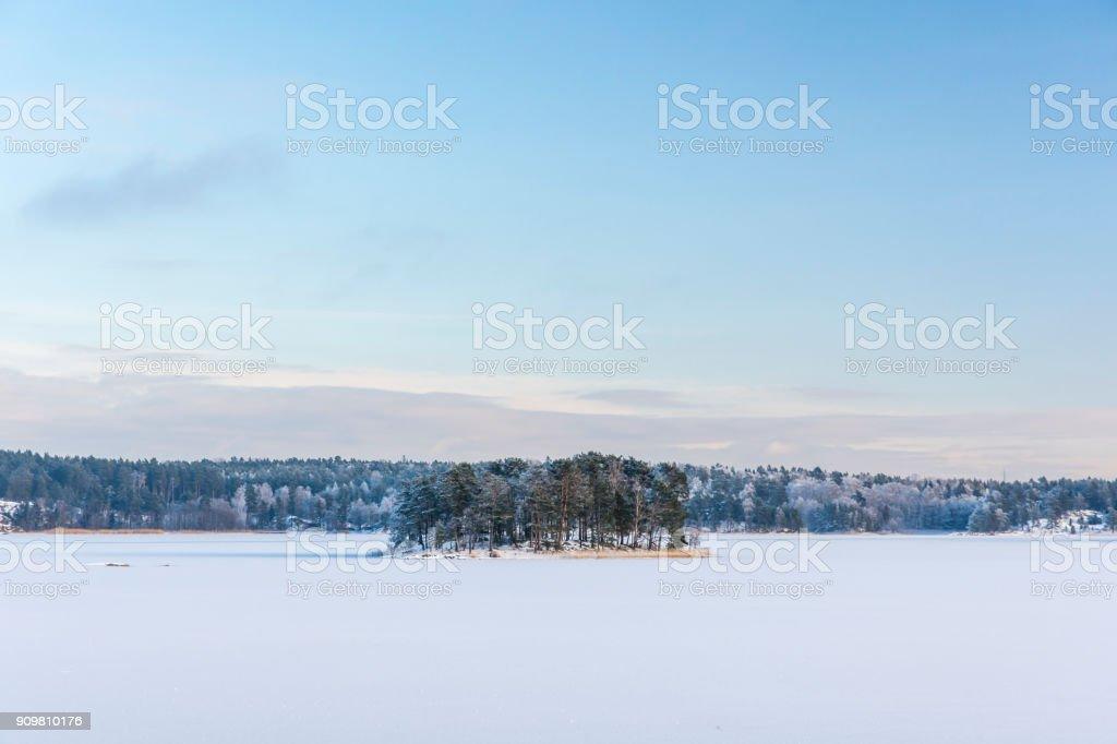 En bänk på Badholmen är en fin platts för att njuta av den fina utsikten ut över Skrävlarfjärden på Värmdö stock photo