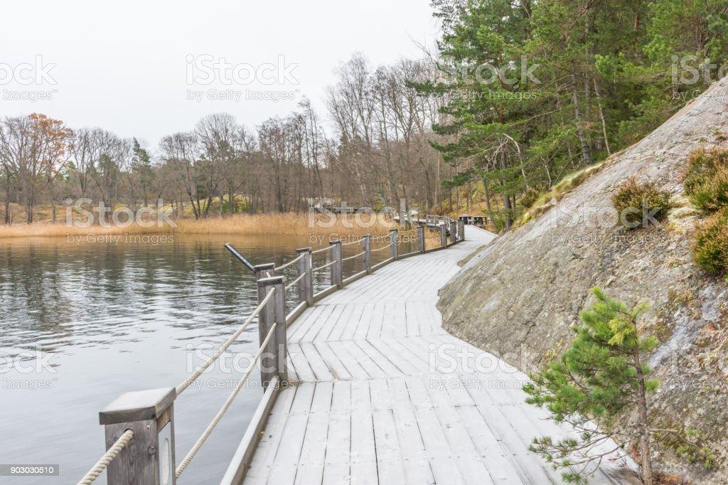 En frostig strandpromenad vid vattnet i en vik på Värmdö stock photo