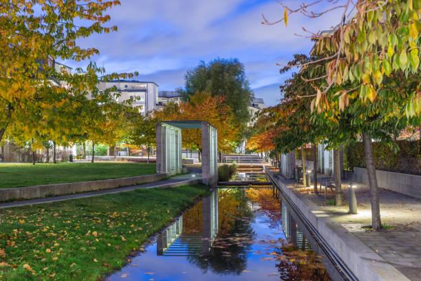 En kanal inne i Hammarby sjöstad små med broar, trappor och dekorativa däck pelar med runt finlandeses runt denna kanal - foto de stock