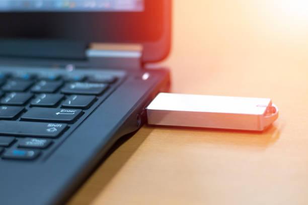 unidade usb criptografada, pen drive ou flash stick dispositivo plug in com notebook computador. conceito da ruptura do armazenamento da tecnologia. - inserindo - fotografias e filmes do acervo