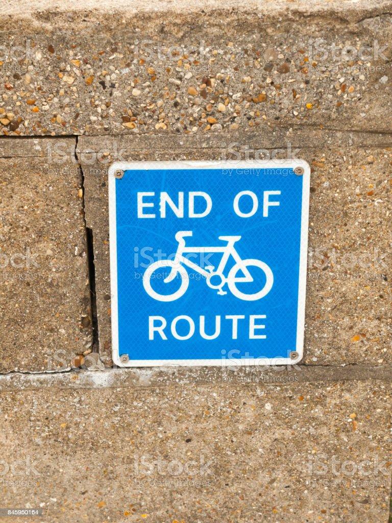 Fim do azul de rota ciclismo sinal com símbolo de bicicleta - foto de acervo
