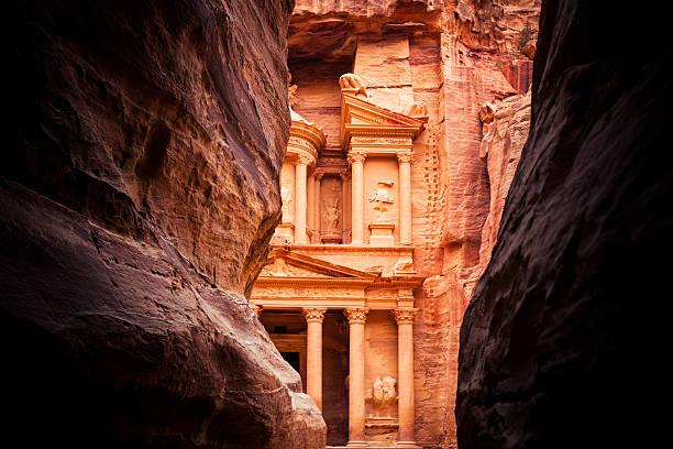 fin le siq-al khazneh de petra - jordan photos et images de collection