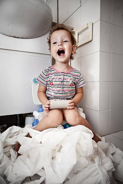ende des toilettenpapier - kinder wc stock-fotos und bilder