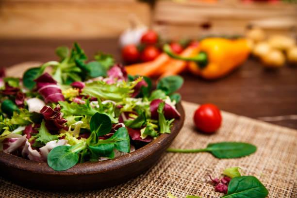 endive, salade rose et agneau. légumes. - saladier photos et images de collection