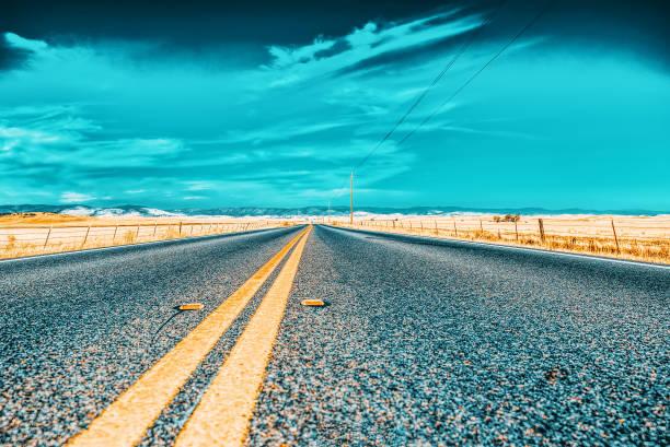 Arizona eyaletinde sonsuz Amerikan asfalt yolları. stok fotoğrafı
