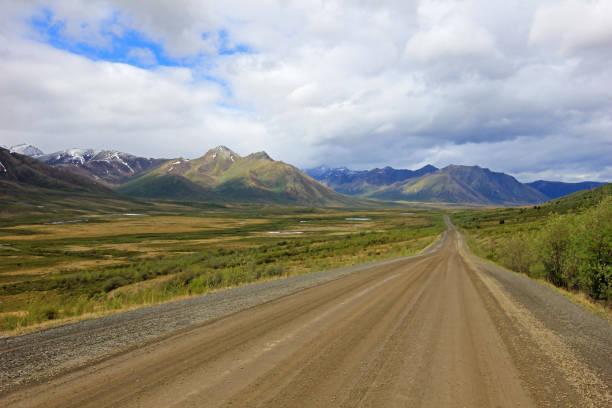 endlose dempster highway in der nähe des polarkreises, kanada - kanada rundreise stock-fotos und bilder