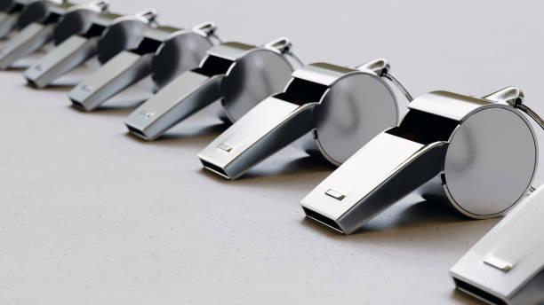 une ligne sans fin en acier sifflets sur une surface moderne - sifflet photos et images de collection